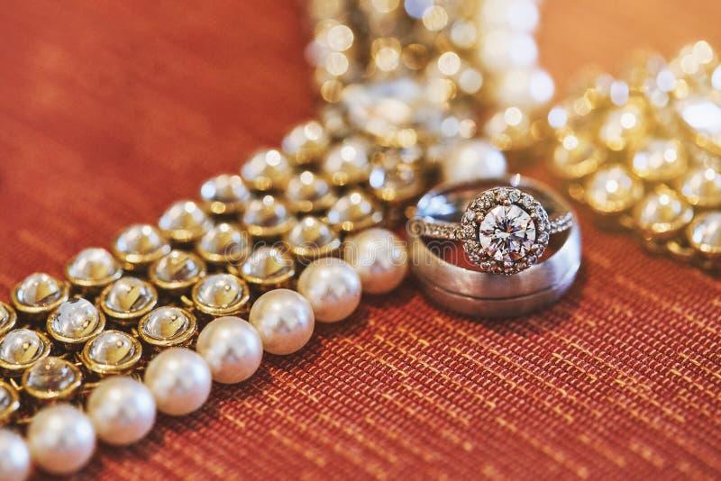 Un scintillement d'engagement et des anneaux brillants se sont concentrés sur la bague à diamant de la jeune mariée, plan rapproc images stock