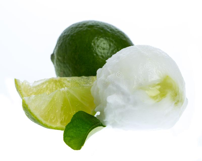 Un scoop de la crème glacée de chaux d'isolement sur le fond blanc image libre de droits