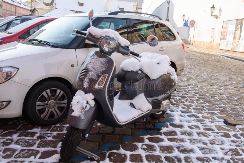 Un scooter pendant l'hiver sur les rues de ville de l'Europe, Allemagne, Dresde image libre de droits