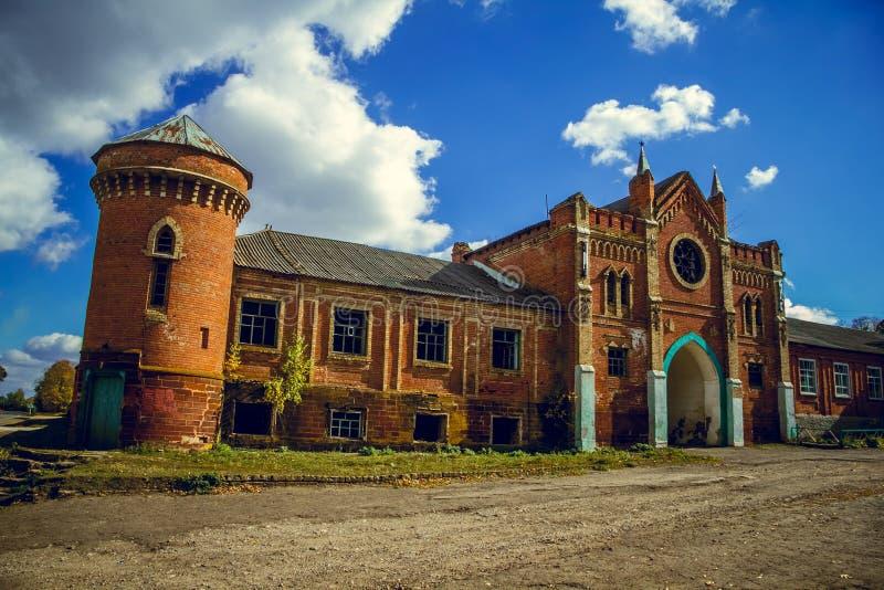 Un señorío arruinado viejo abandonend 'castillo de Okhotnikov 'en la región de Orel imagen de archivo