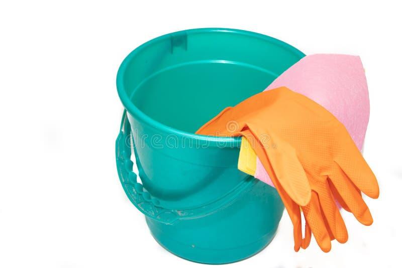 Un seau sur un fond blanc position Seau bleu et vert en plastique sur un fond blanc Position pour les étages de lavage image libre de droits