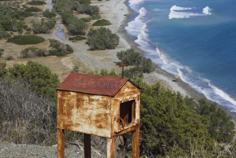 Un seaview con una vecchia miniatura di chappel in Grecia immagine stock libera da diritti