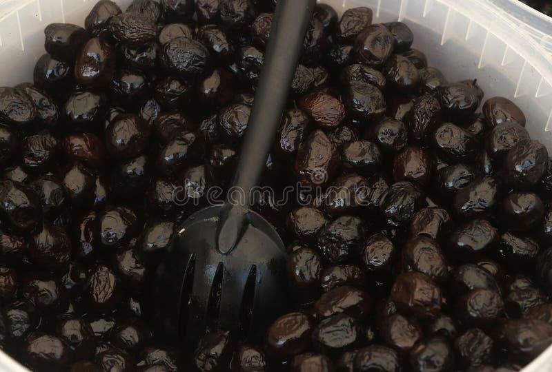Un secchio delle olive nere di Beldi immagini stock