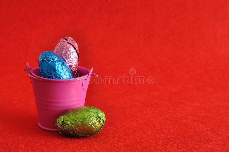Un secchio riempito di uova di Pasqua fotografie stock libere da diritti