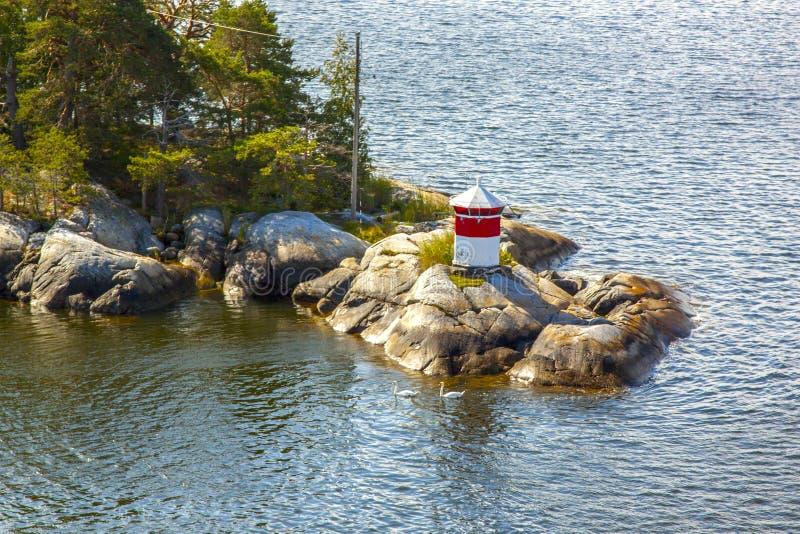 Un segnale d'avvertimento alla linea costiera nell'arcipelago svedese fuori di Stoccolma fotografia stock libera da diritti