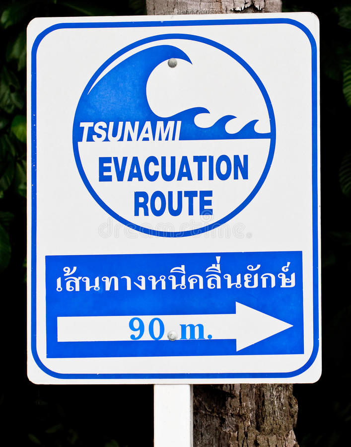 Un segnale di pericolo dei tsunami fotografia stock