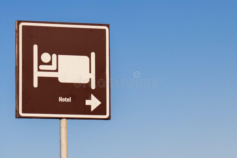 Un segno della città in cui potete rilassarti, passare la notte e mangiare Puntatore per i vacanzieri fotografie stock libere da diritti