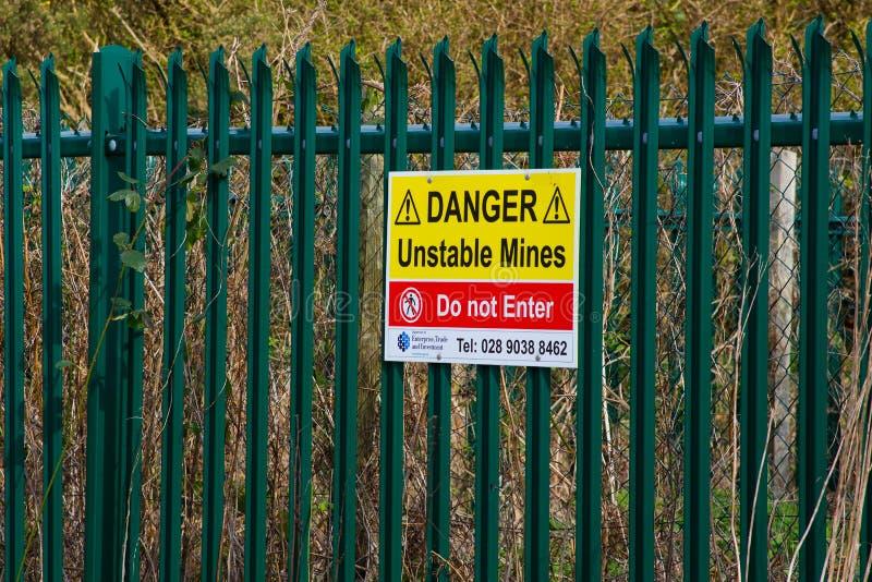 Un segno locale del consiglio avverte dei pericoli delle molte assi di miniera in disuso ed abbandonate nel diciannovesimo cen st fotografia stock