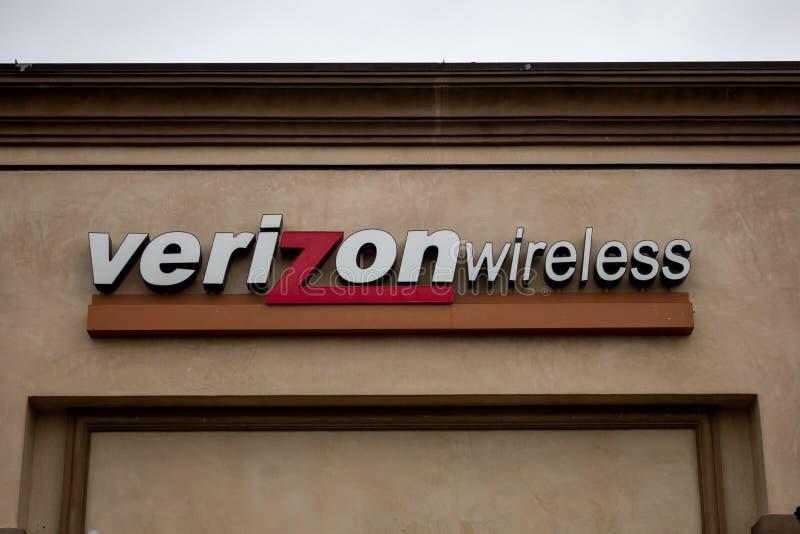 Un segno per un rivenditore di Verizon fotografia stock libera da diritti