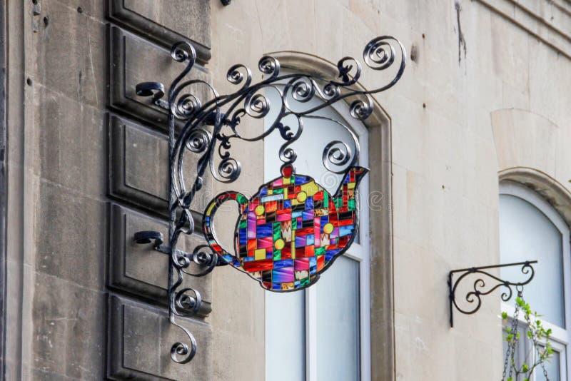 Un segno sotto forma di teiera ceramica del mosaico in un caffè fotografia stock