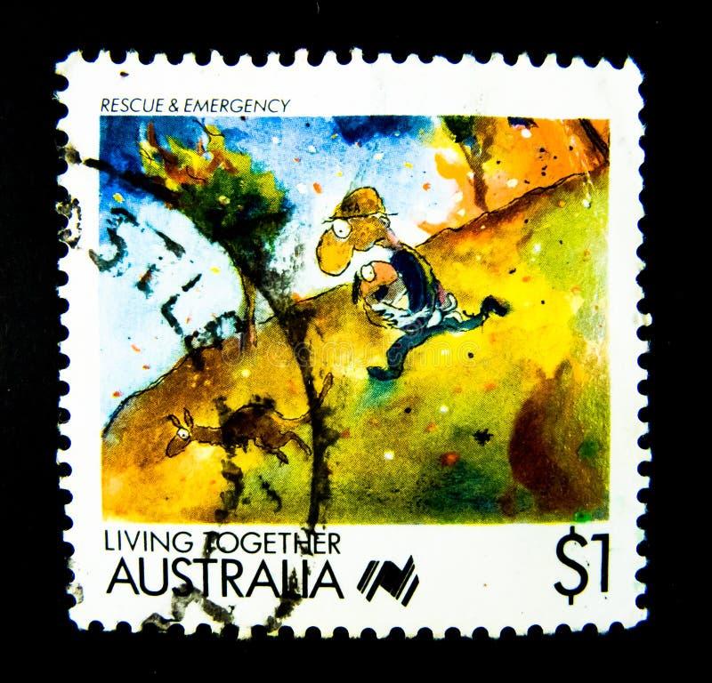 Un sello impreso en Australia muestra una imagen del rescate y de la emergencia en la serie del sello de vida junto en valor en 1 imagen de archivo