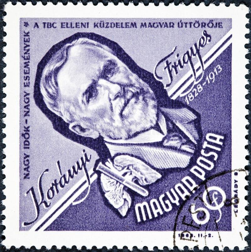 Un sello impreso en Hungría muestra una imagen del retrato de Frigyes Koranyi de Tolcsva, médico imagenes de archivo