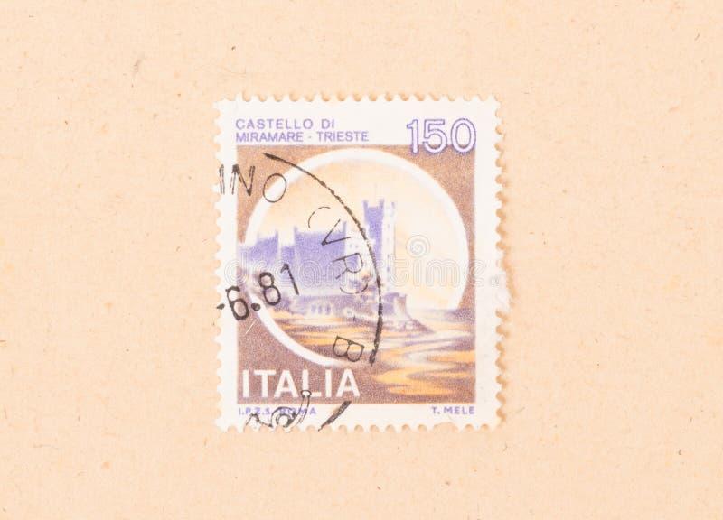 Un sello impreso en las demostraciones Castello di Miramare de Italia, circa el an o 80 imagen de archivo libre de regalías