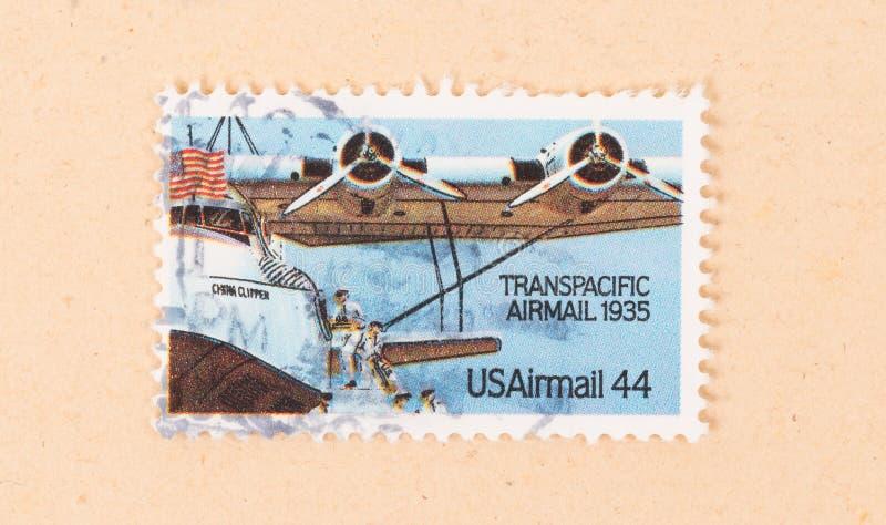 Un sello impreso en los E.E.U.U. muestra correo aéreo transpacífico en 1935, circa 1970 imagenes de archivo