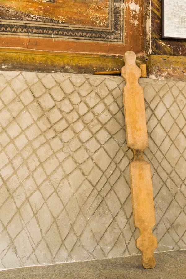 Un semantron de madera del PDA en un monastary en Rumania El instrumento de percusión se utiliza para convocar a los monastics al fotografía de archivo