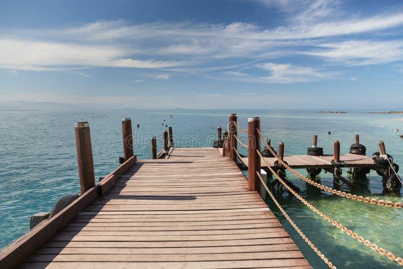Un sentiero costiero di legno in Kota Kinabalu in Malesia fotografie stock