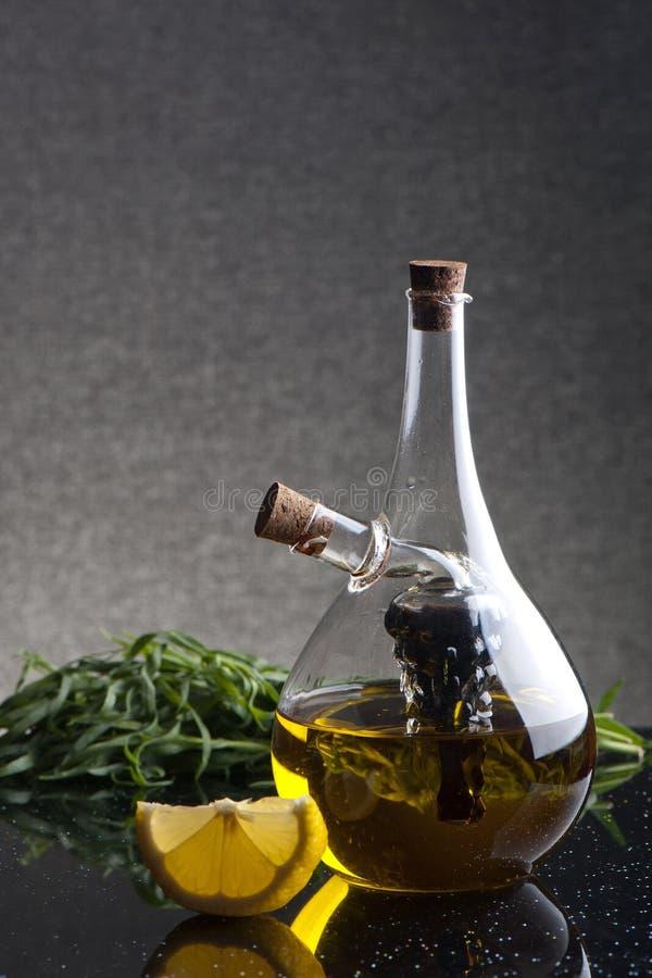 Un service à condiments en verre avec l'huile et le vinaigre balsamique d'olive image libre de droits