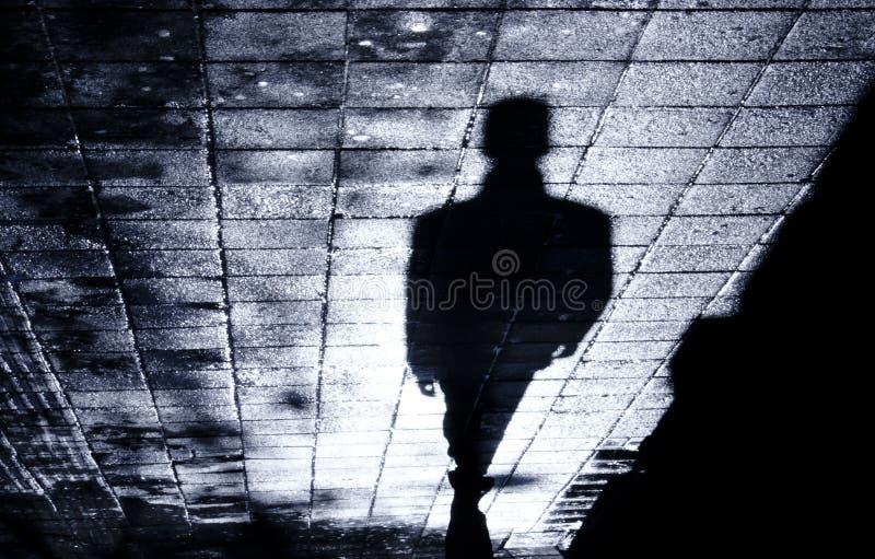 Un seul homme dans l'ombre de nuit photo libre de droits
