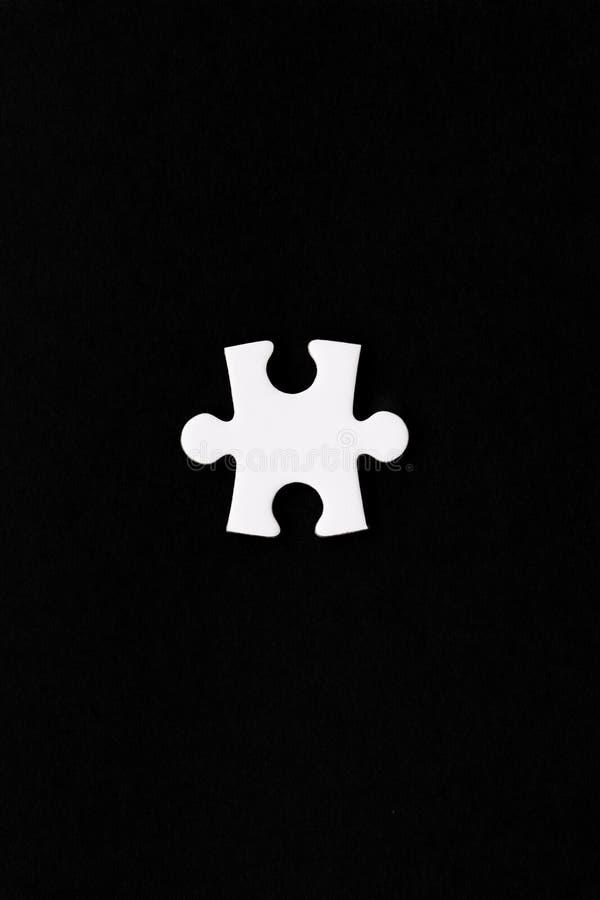 Un seul morceau blanc de puzzle images stock