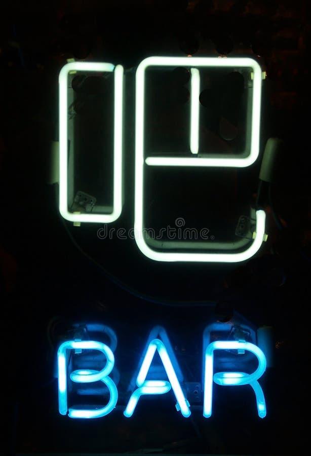un signe au néon de bar dans le Chinois images stock