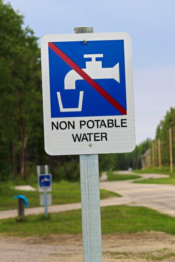 Un signe de l'eau non potable à une station de sanidump photos stock