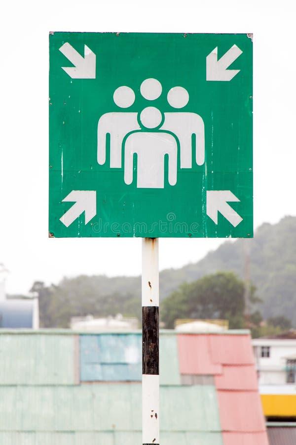 Un signe de vert de point d'assemblée de secours dehors photographie stock libre de droits