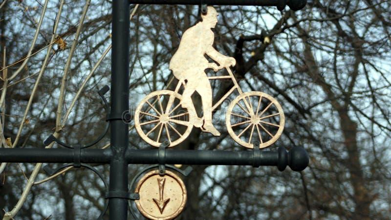 Un signe dedans le parc avec l'image d'un cycliste image stock