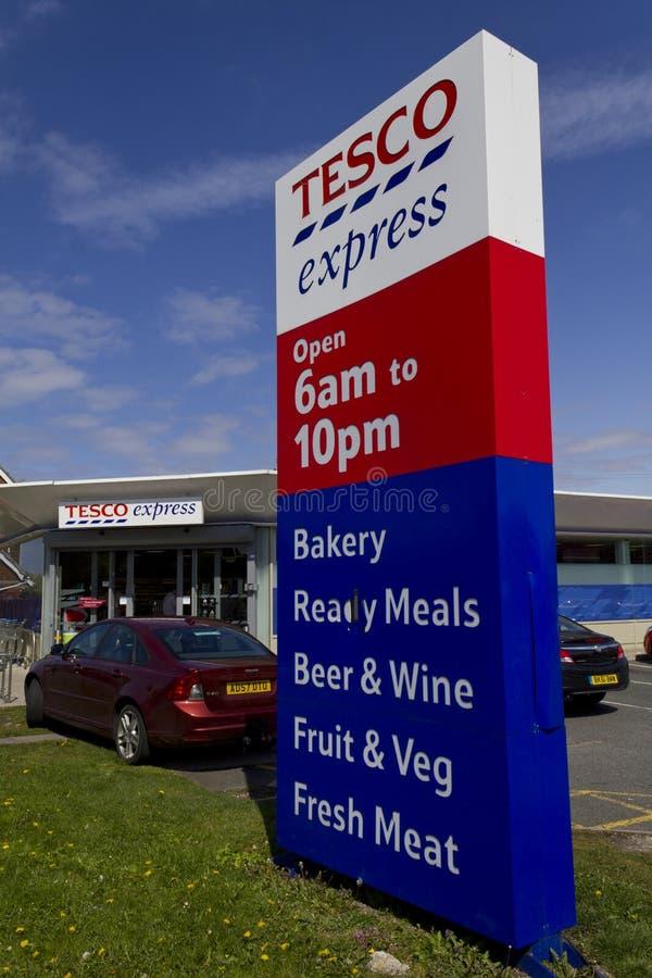 Un signe en dehors de Tesco exprès, Moreton, Wirral, Angleterre images libres de droits
