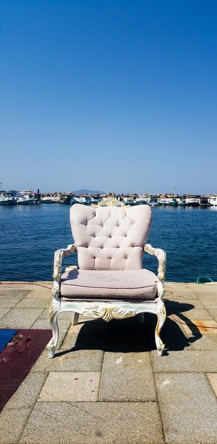 Un sillón en la costa. Concepto de riego de los mares imagen de archivo libre de regalías
