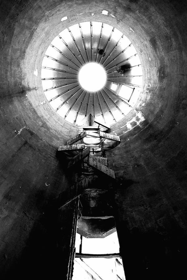 Un silo dell'azienda agricola visto da una prospettiva unica immagine stock