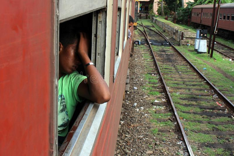 Un Sinhalese local semble fatigué sur un train de Galle à Colombo image libre de droits
