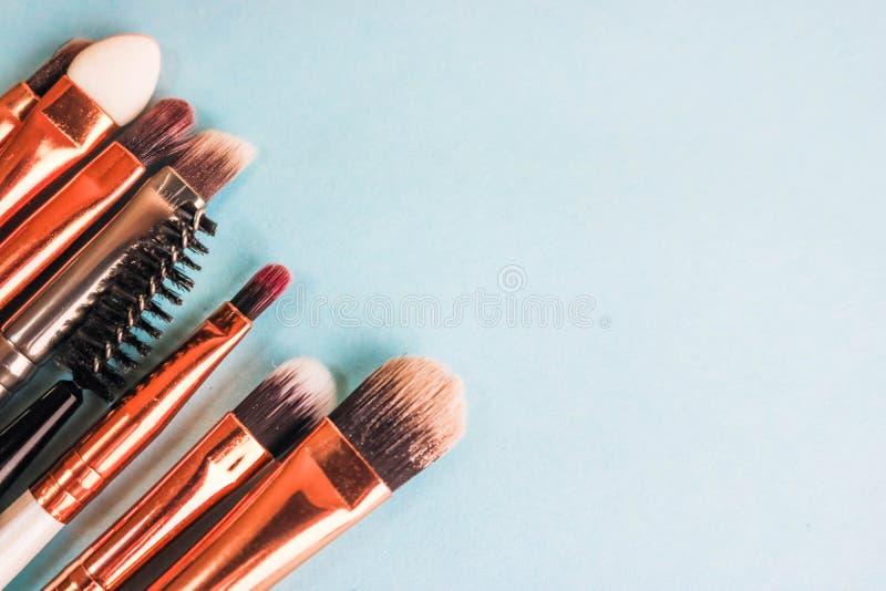 Un sistema de diversos cepillos suaves hermosos para el maquillaje de la siesta natural para la belleza que apunta y que aplica u imagen de archivo libre de regalías