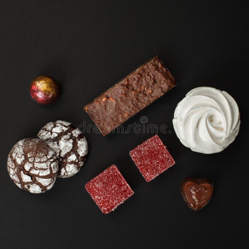 Un sistema de dulces hechos en casa: brownie, melcochas, galletas, mermelada y caramelos imagen de archivo libre de regalías