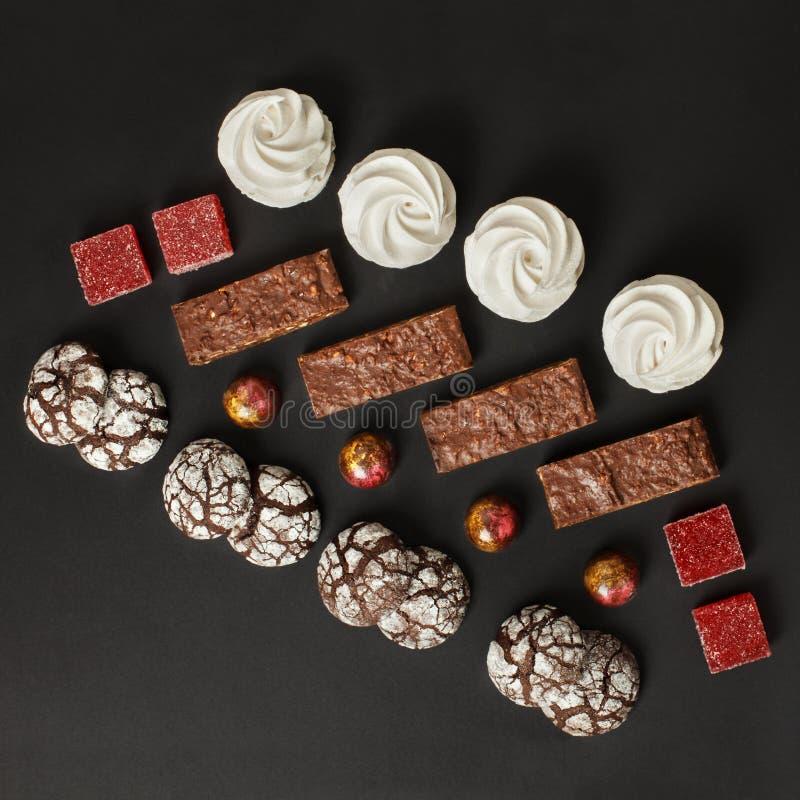 Un sistema de dulces hechos en casa: brownie, melcochas, galletas, mermelada y caramelos fotos de archivo