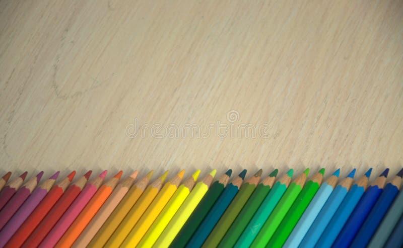 Un sistema de lápices coloreados presentado en fila en el espectro de color foto de archivo