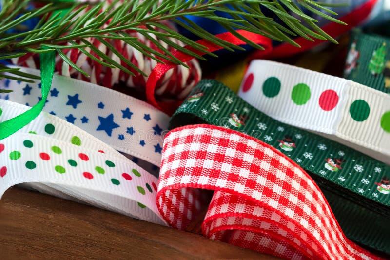 Un sistema de las cintas para las decoraciones de la Navidad imagen de archivo libre de regalías