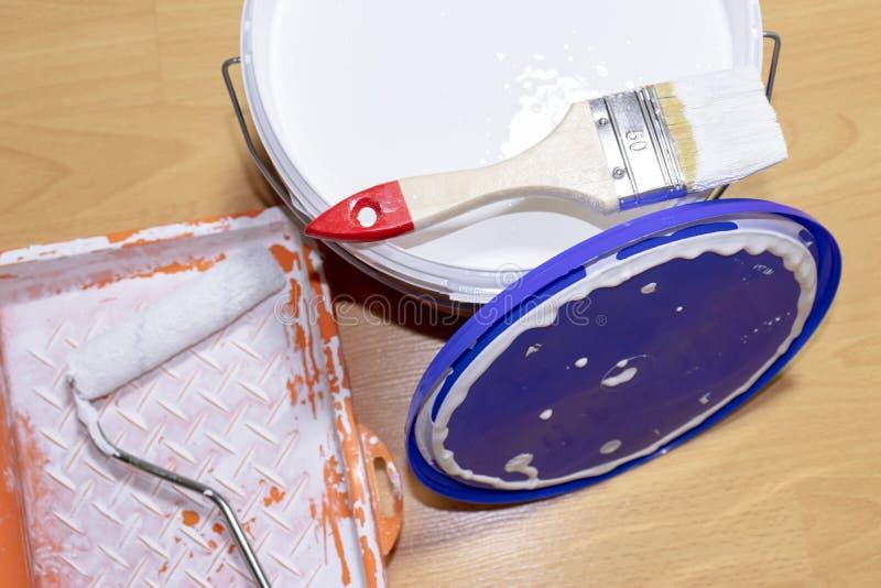 Un sistema de los equipos para la reparación, la pintura y el diseño del apartamento El cepillo, el rodillo, la bandeja y la pint imagen de archivo libre de regalías