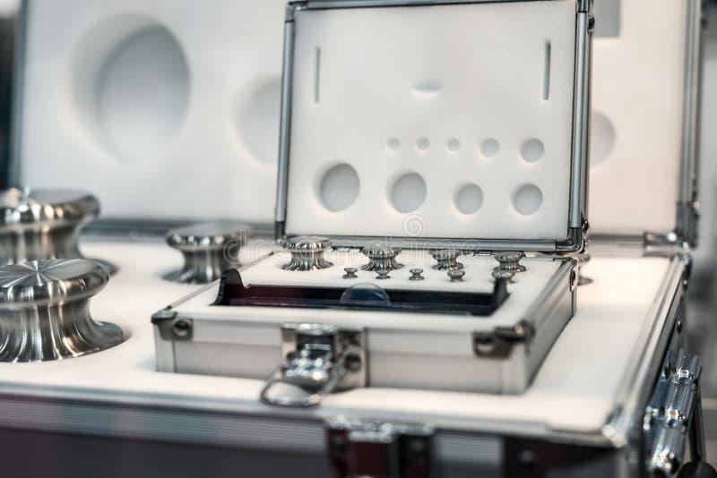 Un sistema de pesos del laboratorio Pesos de alta precisión para las medidas del peso estándar fotos de archivo