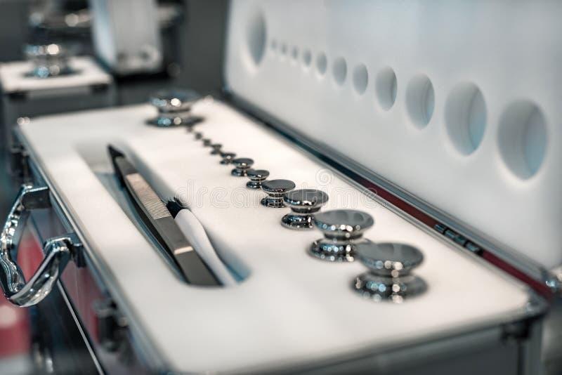 Un sistema de pesos del laboratorio Pesos de alta precisión para las medidas del peso estándar imagen de archivo