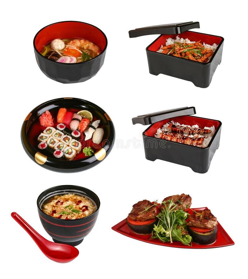 Un sistema de platos japoneses tradicionales En un fondo blanco foto de archivo