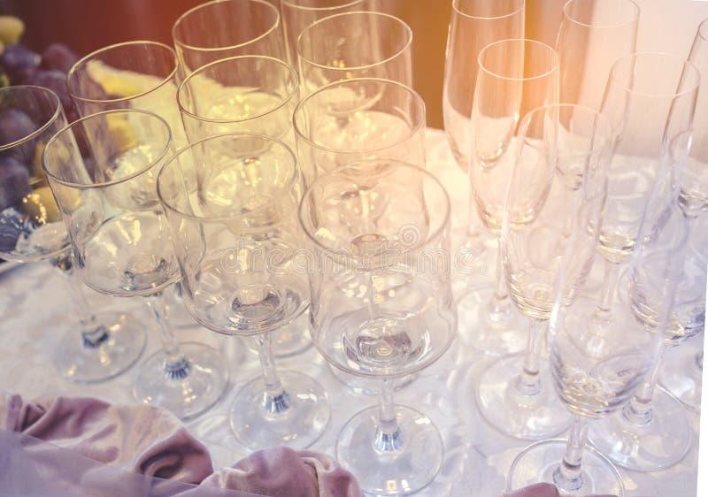 Un sistema de vidrio del ajuste de la boda con los cubiertos El vector fijó para un partido o una recepción nupcial del acontecim fotografía de archivo libre de regalías