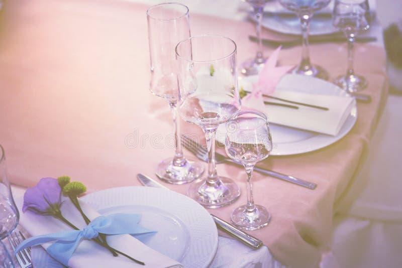 Un sistema de vidrio del ajuste de la boda con los cubiertos con una flor violeta subió Tabla para un partido o una recepción nup fotografía de archivo libre de regalías