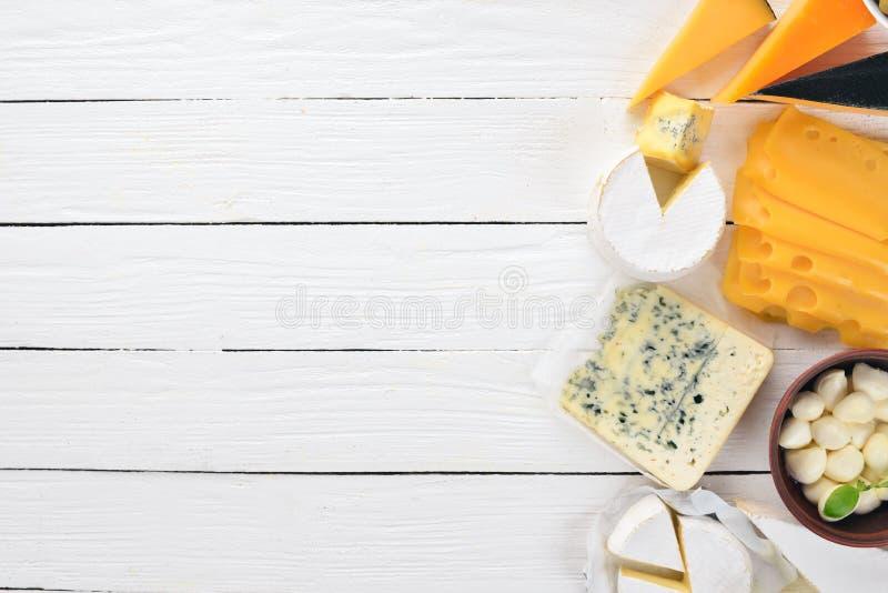 Un sistema grande de quesos Mozzarella, queso verde, queso del brie, maasdam fotos de archivo libres de regalías