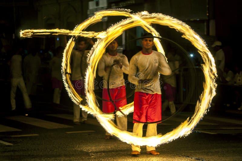 Un site spectaculaire en tant que danseurs de boule de feu exécutent le long d'une rue à Kandy pendant l'Esala Perahera dans Sri  photos stock
