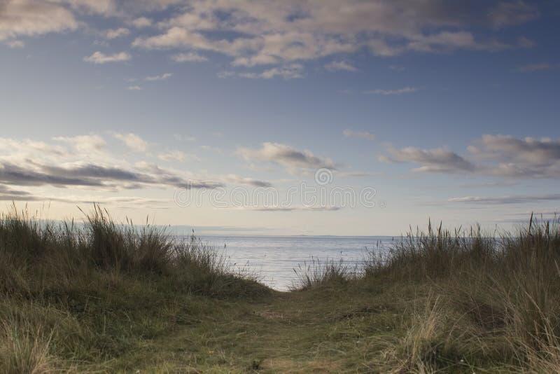 Un sitio para acampar en la costa de Sutherland en la puesta del sol fotos de archivo