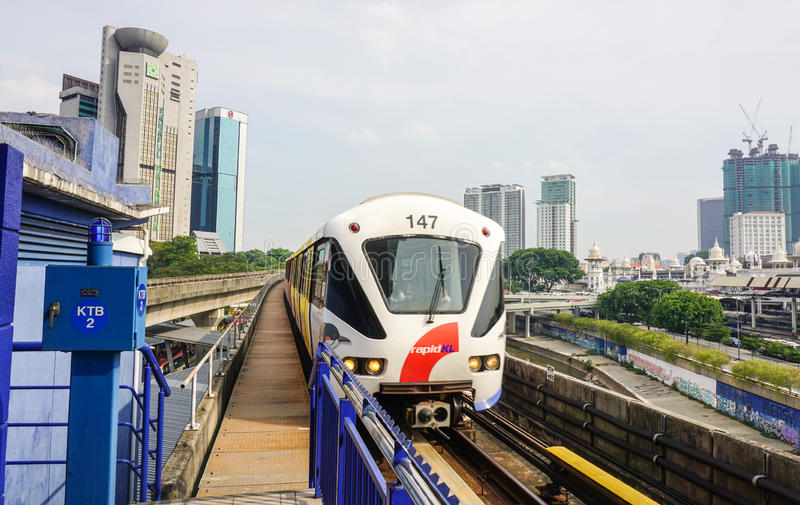 Un skytrain fonctionnant sur la voie ferroviaire en Kuala Lumpur, Malaisie images libres de droits