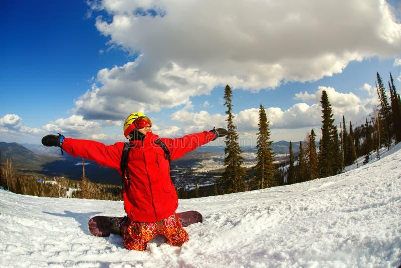 Un snowboarder del individuo disfruta de un día de fiesta en la estación de esquí foto de archivo libre de regalías