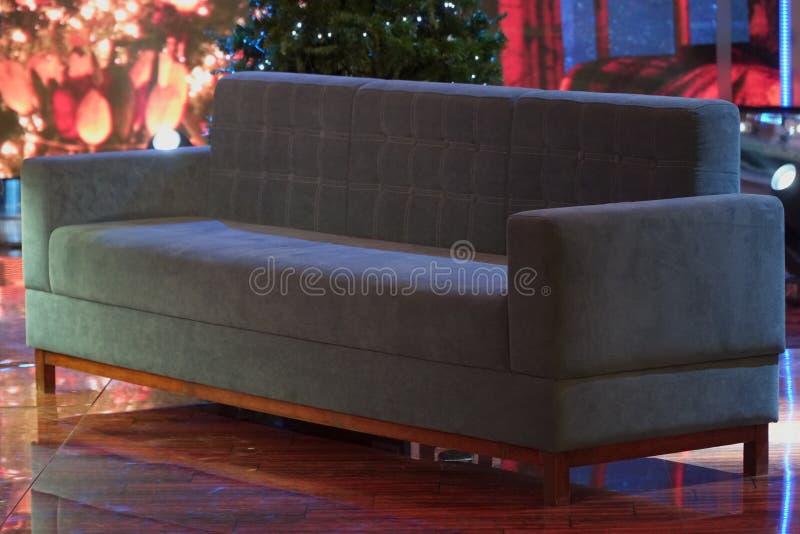 Un sofà blu sta aspettando gli ospiti sofà blu nell'ufficio o nello studio per gli ospiti ed i negoziati negoziati di affari in a immagini stock