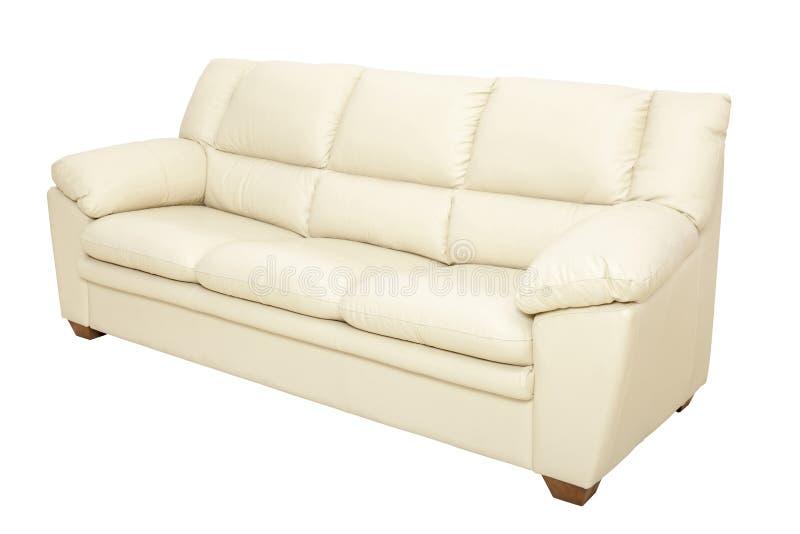 Un sofà di cuoio accogliente di tre sedili nel colore piacevole del champagne, isolato fotografia stock