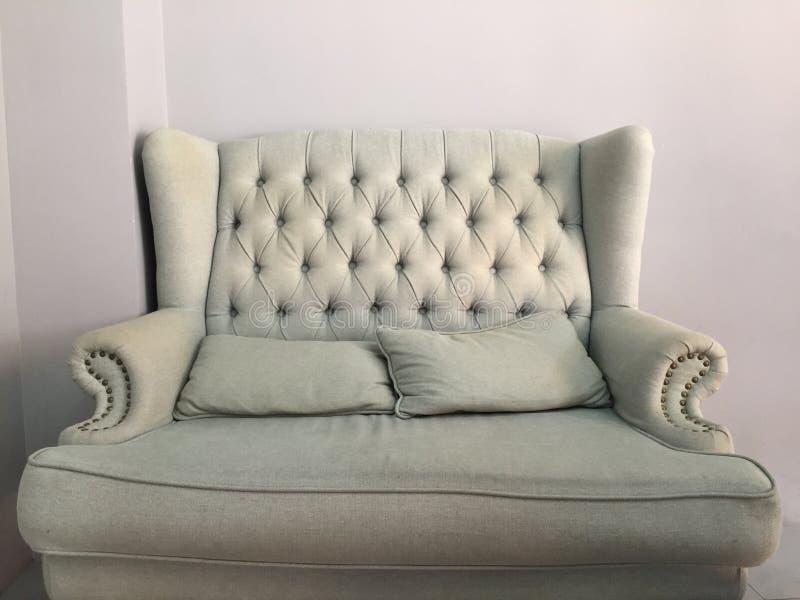 Un sofá gris foto de archivo